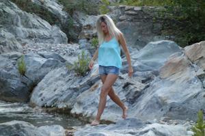 Длинноногая блондинка на пляже и не только - фото #39