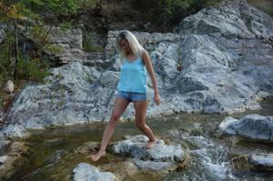 Длинноногая блондинка на пляже и не только - фото #40