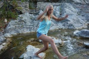 Длинноногая блондинка на пляже и не только - фото #41
