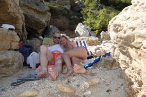 Длинноногая блондинка на пляже и не только - фото #6