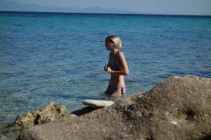 Длинноногая блондинка на пляже и не только - фото #9