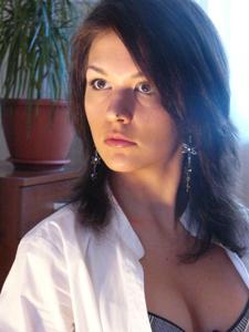 Полуобнаженная худая брюнетка - фото #11