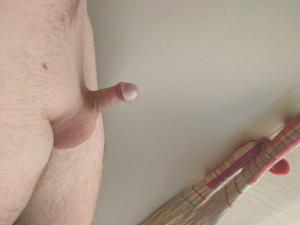 Девушки и рассматривают маленькие пенисы - фото #3