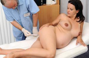 Гинеколог осматривает беременную девушку - фото #11