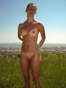 Отдыхает голая на загородном пикнике - фото #11