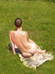 Отдыхает голая на загородном пикнике - фото #16