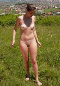 Отдыхает голая на загородном пикнике