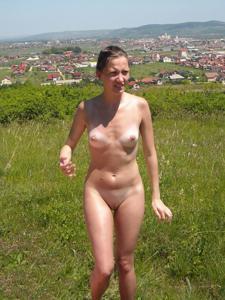 Отдыхает голая на загородном пикнике - фото #6