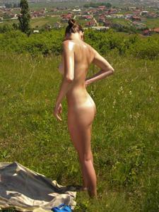 Отдыхает голая на загородном пикнике - фото #9
