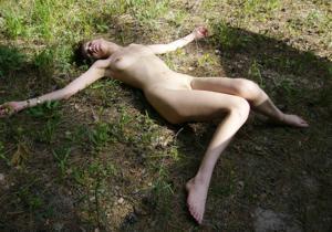 Худая брюнетка быстро стала востребованной сосалкой - фото #17