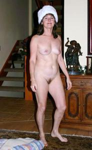 Зрелая нудистка с небритой киской - фото #13