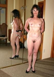 Зрелая нудистка с небритой киской - фото #14