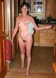 Зрелая нудистка с небритой киской - фото #15