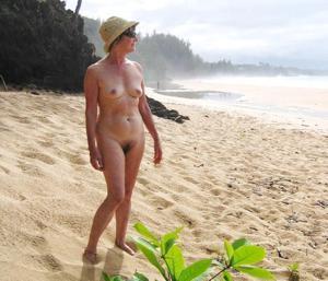 Зрелая нудистка с небритой киской - фото #16