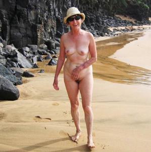 Зрелая нудистка с небритой киской - фото #17