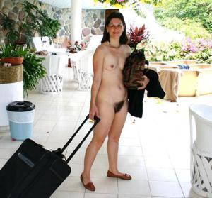Зрелая нудистка с небритой киской - фото #6