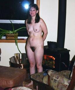 Зрелая нудистка с небритой киской - фото #7