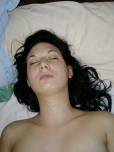 Молодая похотливая брюнеточка - фото #5