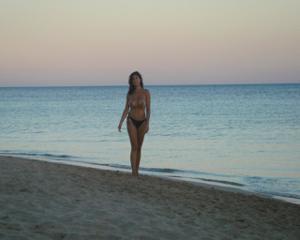 Интимные фоточки зрелой женщины с моря - фото #16