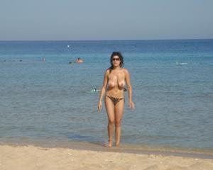 Интимные фоточки зрелой женщины с моря - фото #18