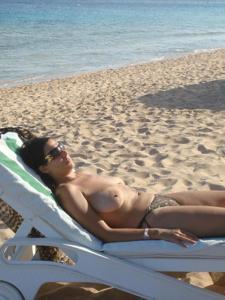 Интимные фоточки зрелой женщины с моря - фото #19