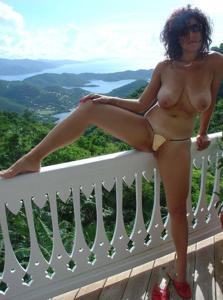 Интимные фоточки зрелой женщины с моря