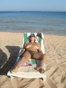 Интимные фоточки зрелой женщины с моря - фото #20