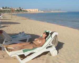 Интимные фоточки зрелой женщины с моря - фото #21