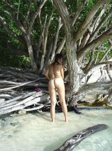Интимные фоточки зрелой женщины с моря - фото #3