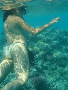 Интимные фоточки зрелой женщины с моря - фото #34