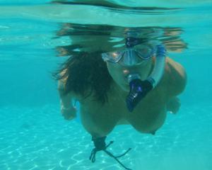 Интимные фоточки зрелой женщины с моря - фото #35