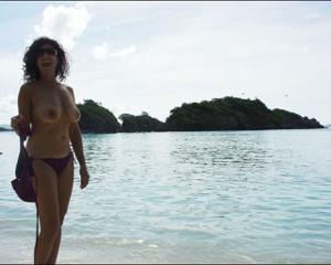 Интимные фоточки зрелой женщины с моря - фото #4