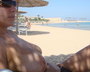 Интимные фоточки зрелой женщины с моря - фото #40
