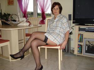 Жена раздевается и посасывает - фото #15