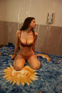 Грудастая девушка позирует дома на кровати и на пляже - фото #15