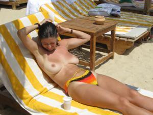 Грудастая девушка позирует дома на кровати и на пляже - фото #17
