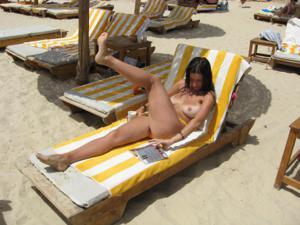 Грудастая девушка позирует дома на кровати и на пляже - фото #18