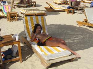 Грудастая девушка позирует дома на кровати и на пляже - фото #27