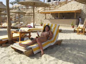 Грудастая девушка позирует дома на кровати и на пляже - фото #29