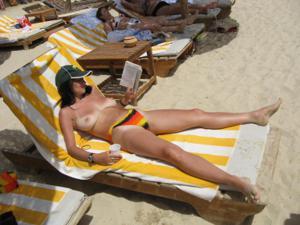 Грудастая девушка позирует дома на кровати и на пляже - фото #35