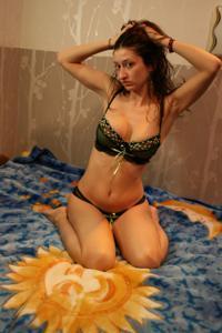 Грудастая девушка позирует дома на кровати и на пляже - фото #36