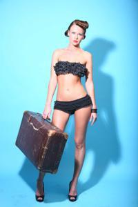 Снимки с красивой моделью, которая позирует в сексуальном белье - фото #10