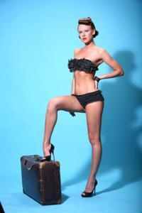 Снимки с красивой моделью, которая позирует в сексуальном белье - фото #14