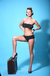 Снимки с красивой моделью, которая позирует в сексуальном белье - фото #15