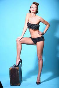 Снимки с красивой моделью, которая позирует в сексуальном белье - фото #16