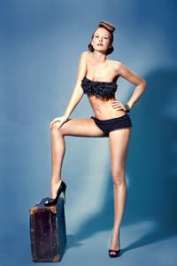 Снимки с красивой моделью, которая позирует в сексуальном белье - фото #17