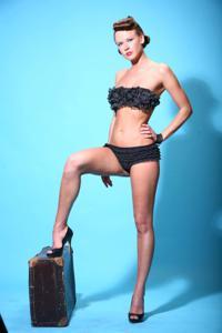 Снимки с красивой моделью, которая позирует в сексуальном белье - фото #18