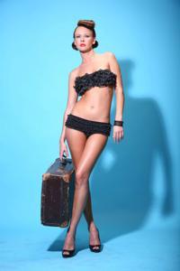 Снимки с красивой моделью, которая позирует в сексуальном белье - фото #19