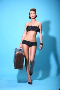 Снимки с красивой моделью, которая позирует в сексуальном белье - фото #20