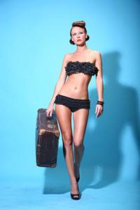 Снимки с красивой моделью, которая позирует в сексуальном белье - фото #21